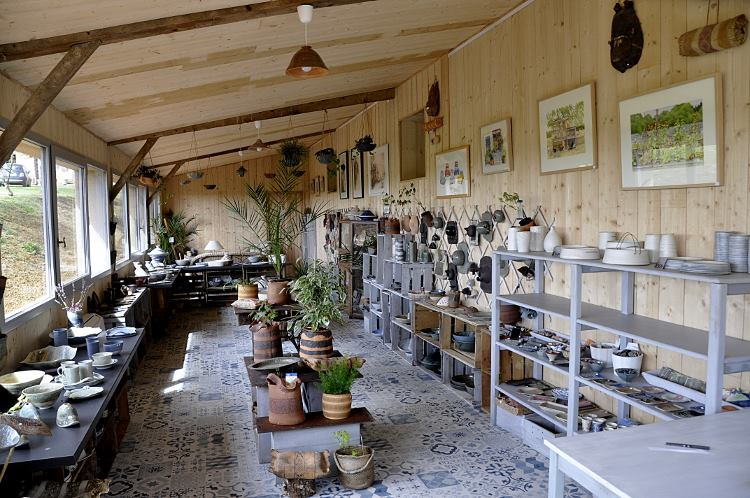 vue des rayons de la galerie de poteries